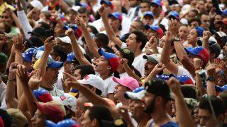 Opositores marchando en Venezuela contra Maduro. (Foto: AFP)
