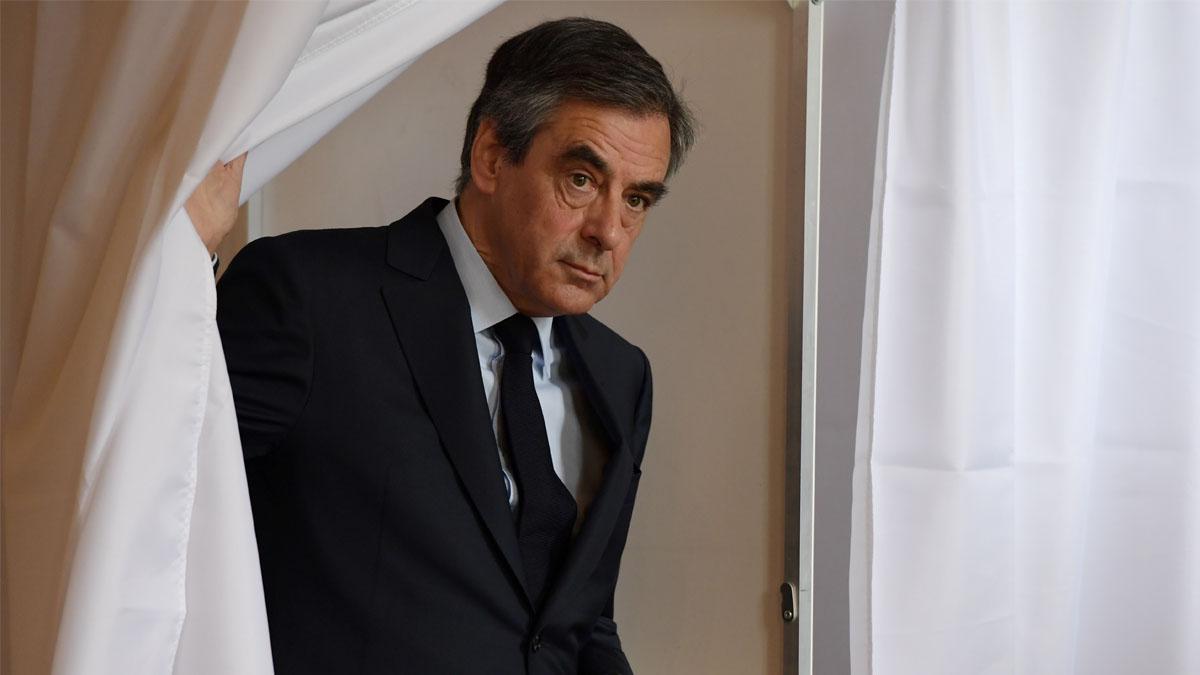 François Fillon efectuando su voto.