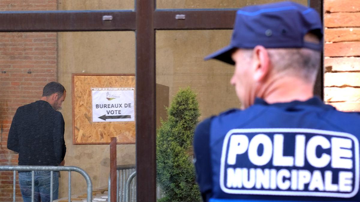 Un agente vigila cerca de un colegio electoral (Foto: AFP).