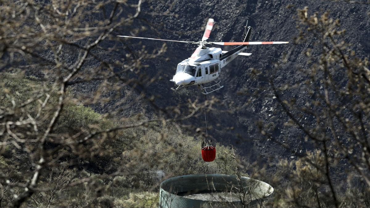 Helicóptero recogiendo agua para la extinción de un incendio (Foto: EFE).