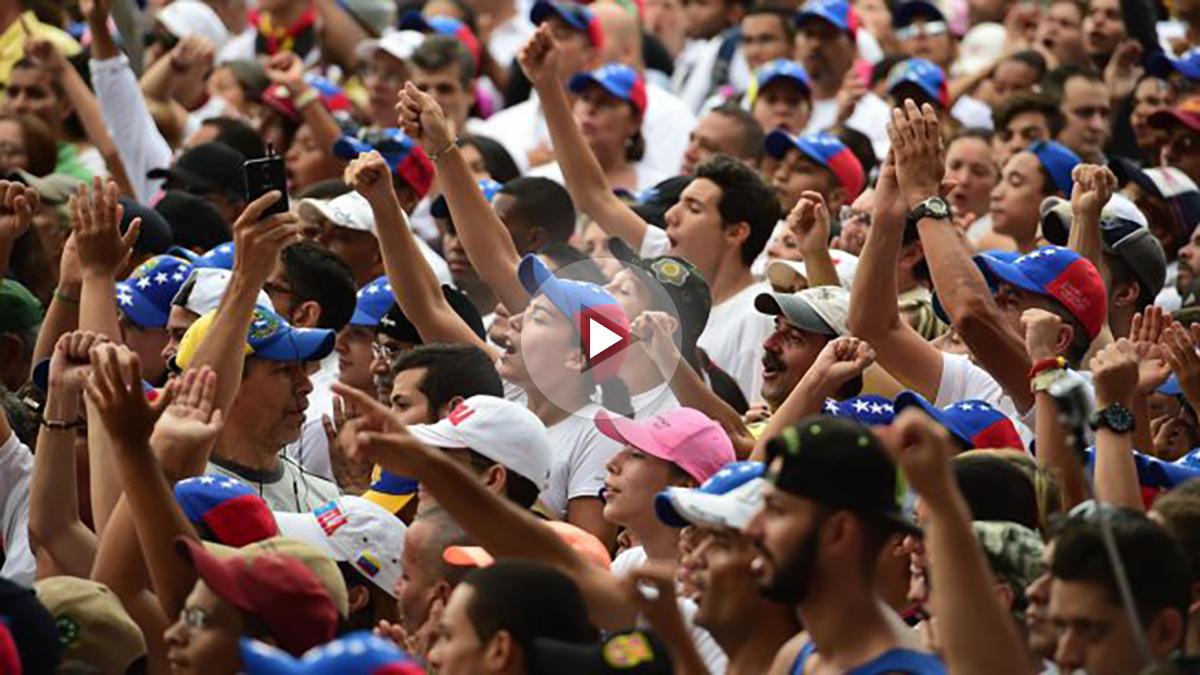 Opositores marchando en Venezuela contra Maduro (Foto: AFP)