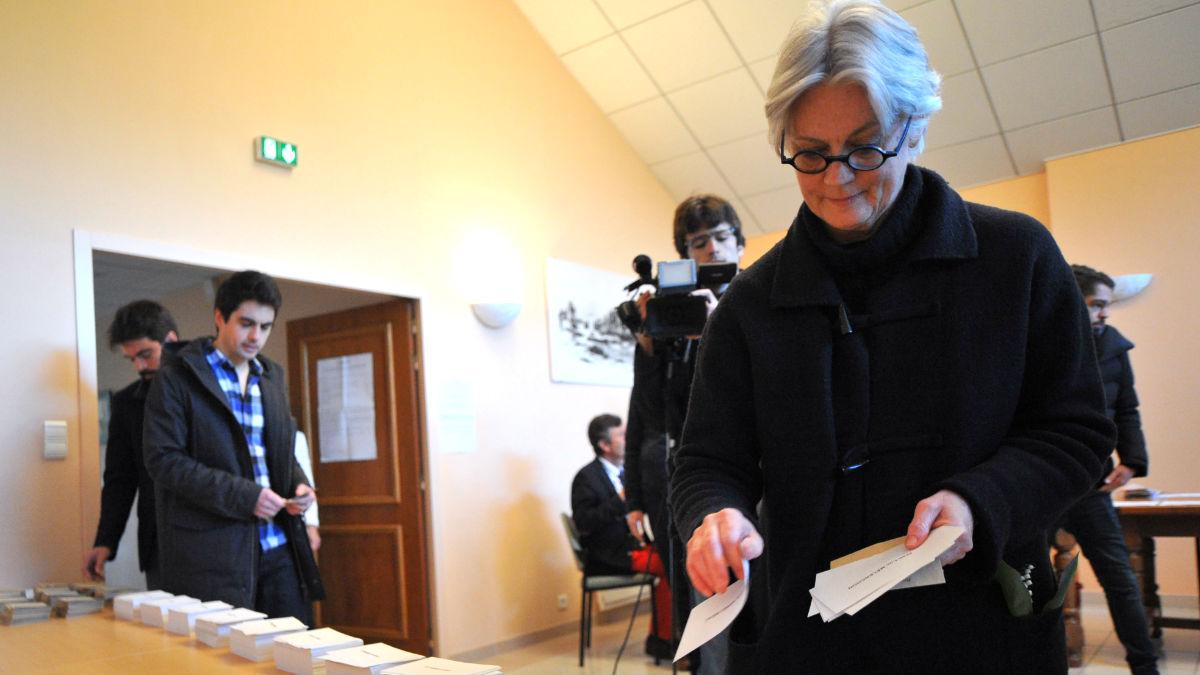 Penelope Fillon coge la papeleta para votar (Foto: AFP).