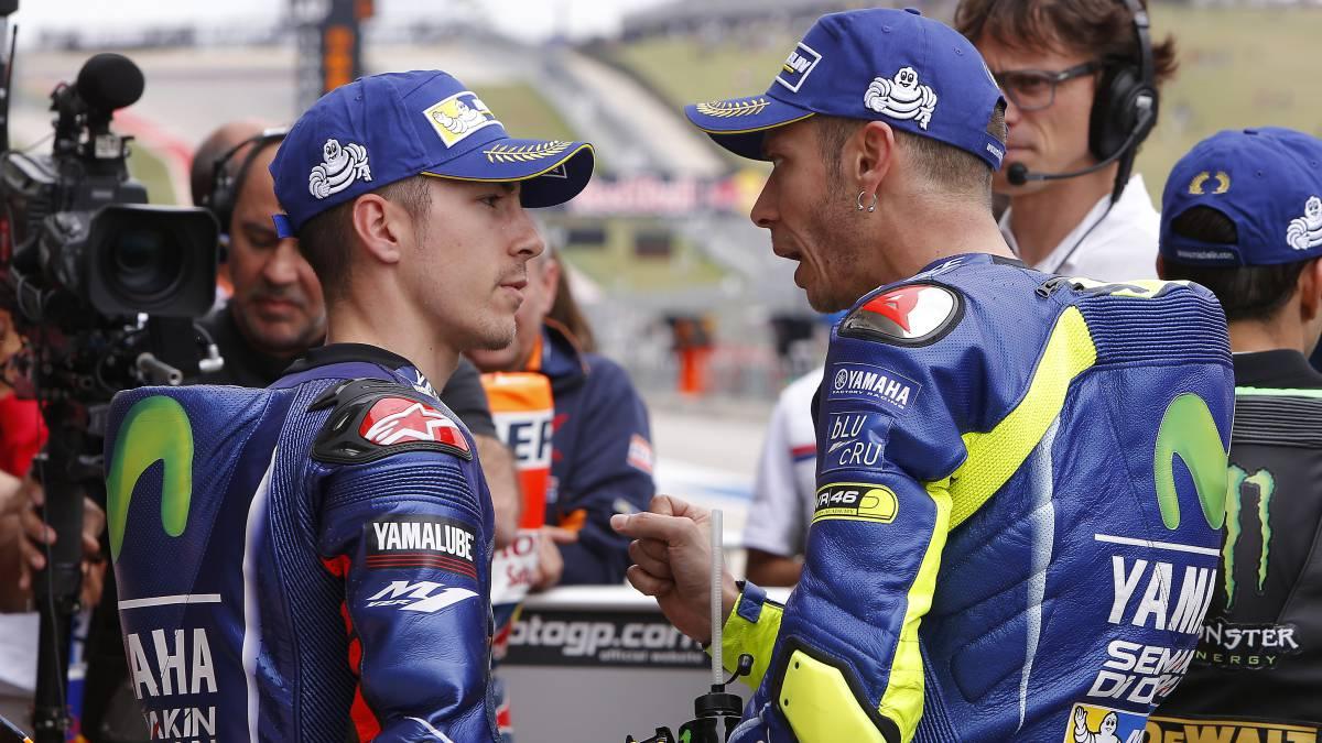 Valentino Rossi y Maverick Viñales hablan de forma acalorada en el GP de las Américas.