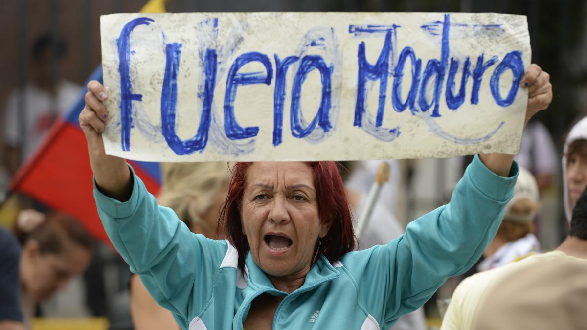 Una mujer de la oposición venezolana muestra su rechazo a la dictadura de Maduro (Foto:AFP)