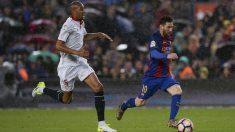 N'Zonzi persigue a Messi durante un partido de esta temporada. (Foto: AFP)
