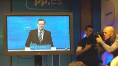 Un discurso de Mariano Rajoy ante la junta directiva del PP, seguido por la prensa a través de plasma.