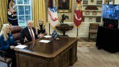 Trump, junto a su hija iVanka y la astronauta Kate Rubins, en el despacho oval, hablando con Peggy Whitson, en la ISS. (AFP)