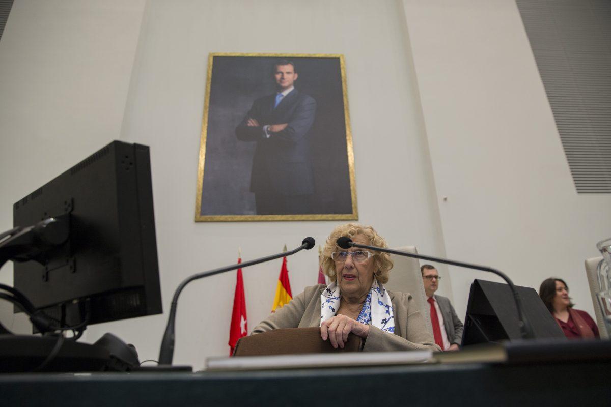 Manuela Carmena, Alcaldesa de Madrid, bajo una foto del Rey Felipe VI. (Foto: Alberto Nevado / OKDIARIO)