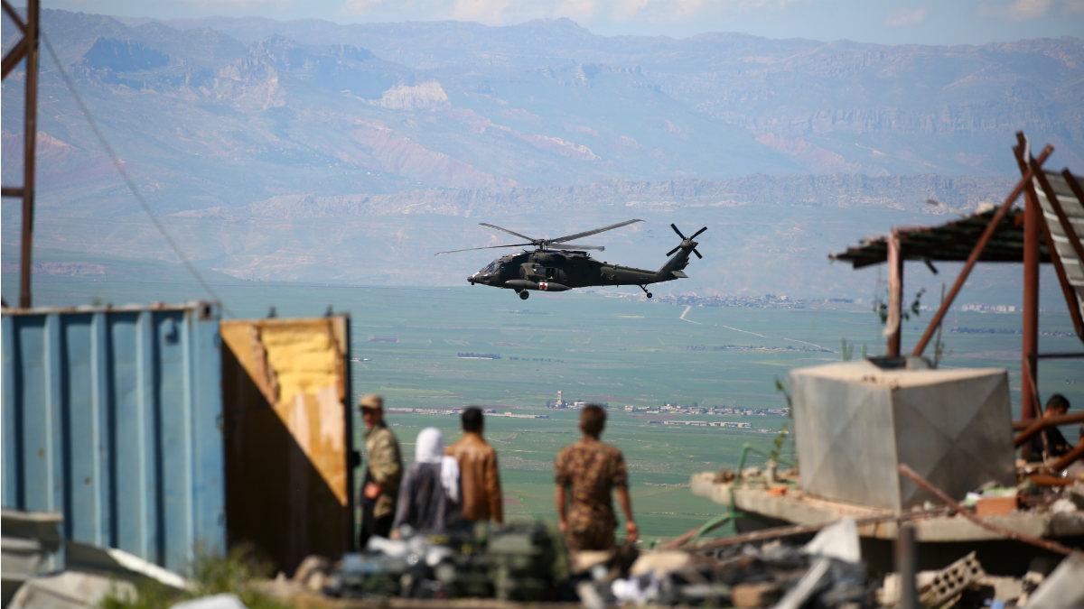 Un helicóptero de ayuda médica de EEEUU sobrevuela la zona kurda bombardeada por Turquía en Siria. (AFP)
