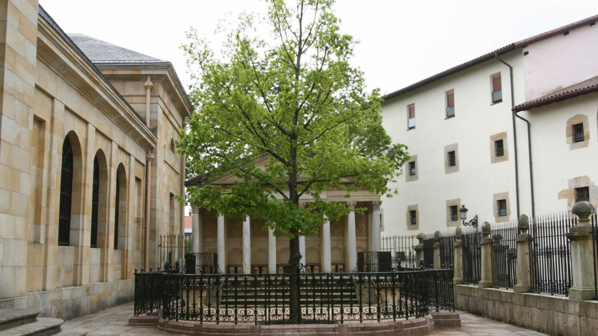 El Árbol de Gernika, en la localidad vasca, recordando el bombardeo que redujo a escombros Gernika.