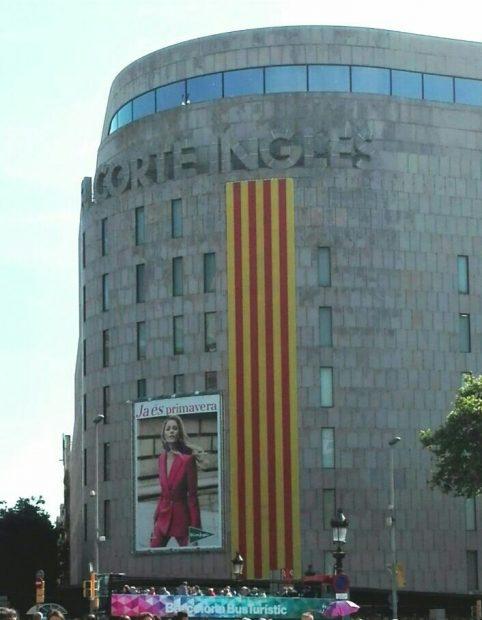 El Corte Inglés saca la senyera en Cataluña por St. Jordi pero no la bandera de España el 12 de octubre