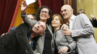 Lluís Llach, Marta Rovira, Carme Forcadell y Raul Romeva. (Foto: AFP)