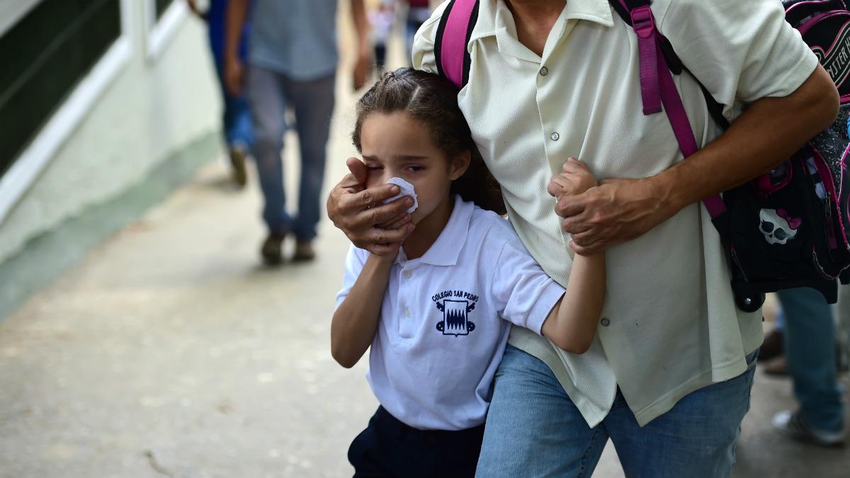 Una de las niñas víctima de los gases lacrimógenos de la policía de Nicolas Maduro (Foto:AFP)