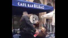 Un hincha del Betis agrede a un hombre en un café de la Plaza Nueva de Bilbao.