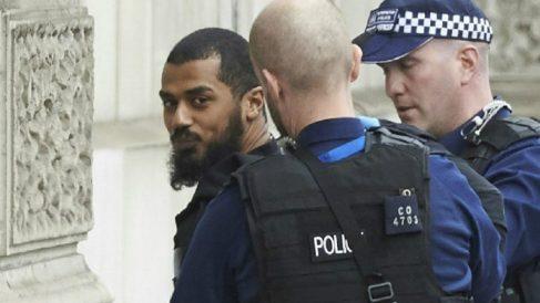 Las primeras imágenes del detenido en Westminster portando una mochila con cuchillos. (Foto: AFP)