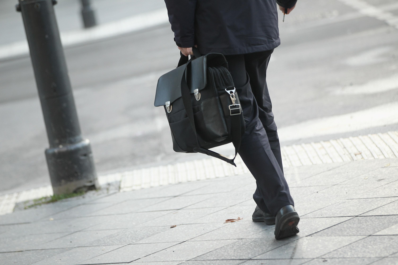 Empresario caminando por la calle (Fuente:Getty)