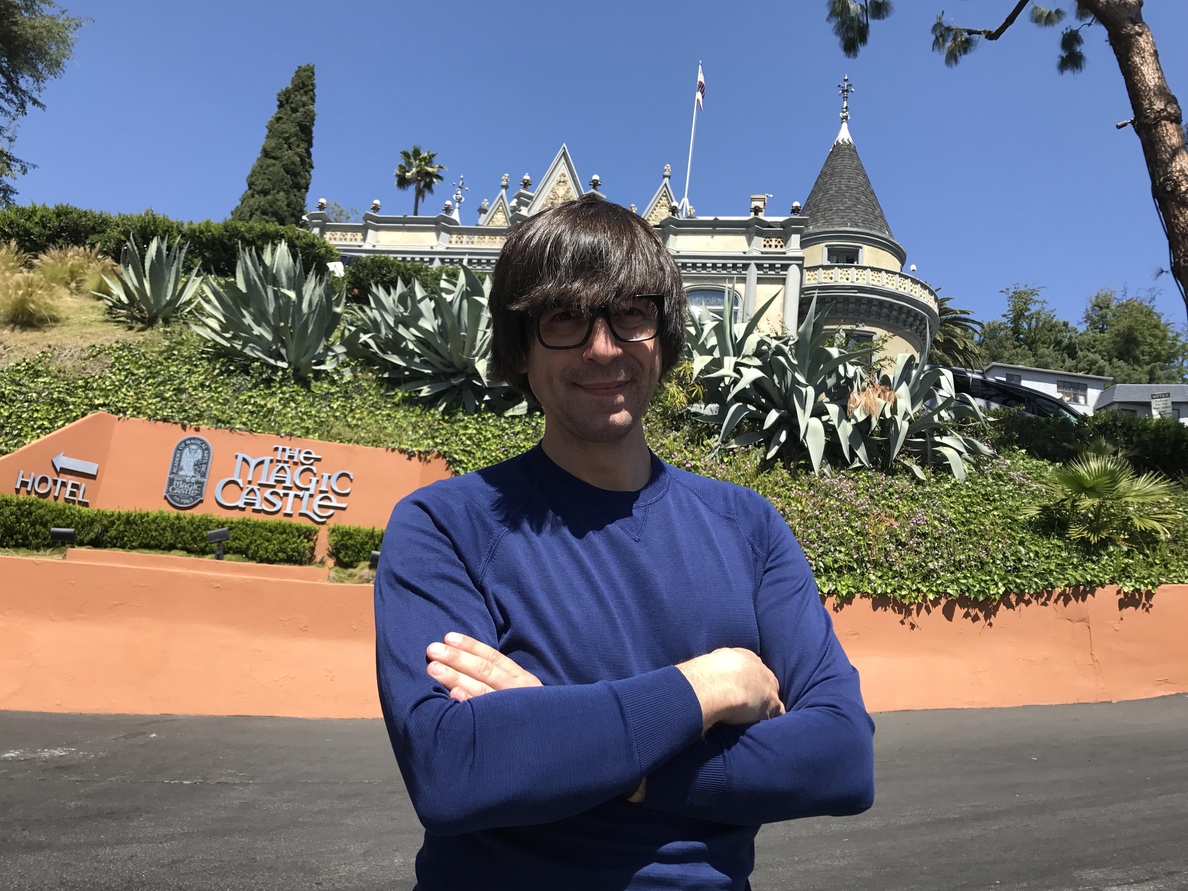 Luis Piedrahita en el Castillo Mágico de Los Ángeles, un sitio emblemático para todos los magos del mundo.