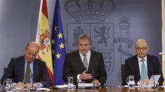El ministro de Educación, Cultura y Deporte y portavoz del Gobierno, Íñigo Méndez de Vigo (c) y los titulares de Economía, Luis de Guindos (i) y Hacienda, Cristóbal Montoro. (Foto: EFE)