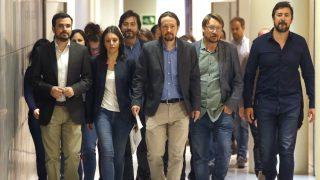 El líder de Podemos, Pablo Iglesias (c), junto al resto de dirigentes de su grupo parlamentario (Foto: Efe)