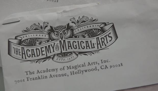 El mágico sello de la Academia de las Artes Mágicas de Hollywood que recibió Luis Piedrahita.