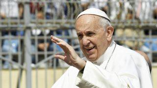 El Papa Francisco en un viaje (Foto: AFP)