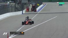 Fernando Alonso se quedó tirado en medio de una recta en Rusia.