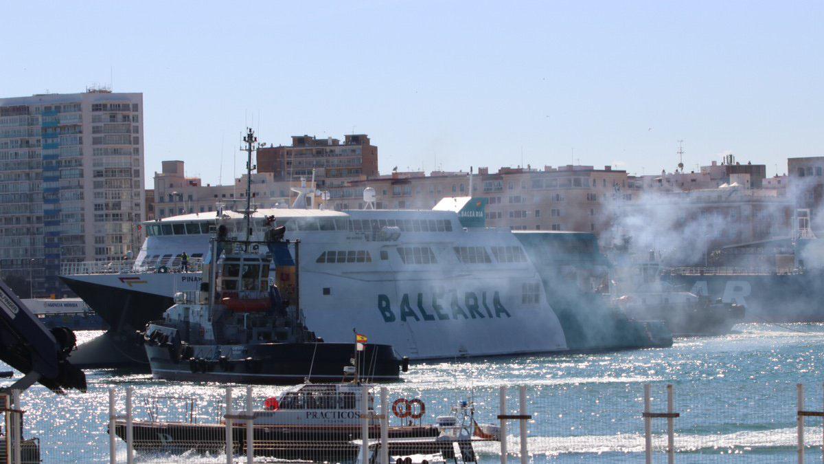 Imagen del barco que ha impactado contra el muelle en el puerto de Málaga. INFOEMERGENCIAS