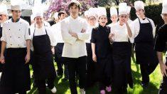 Jordi Cruz con su equipo de cocina en el restaurante Àbac.