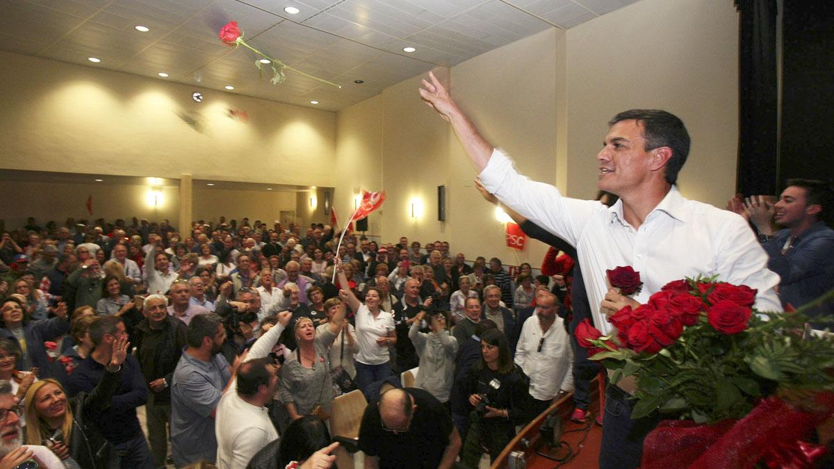 Pedro Sánchez reparte rosas entre sus simpatizantes en un acto en Tarragona. EFE