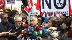 Los secretarios generales de UGT y CCOO Pepe Álvarez (hablando) e Ignacio Fernández Toxo (Foto: EFE).