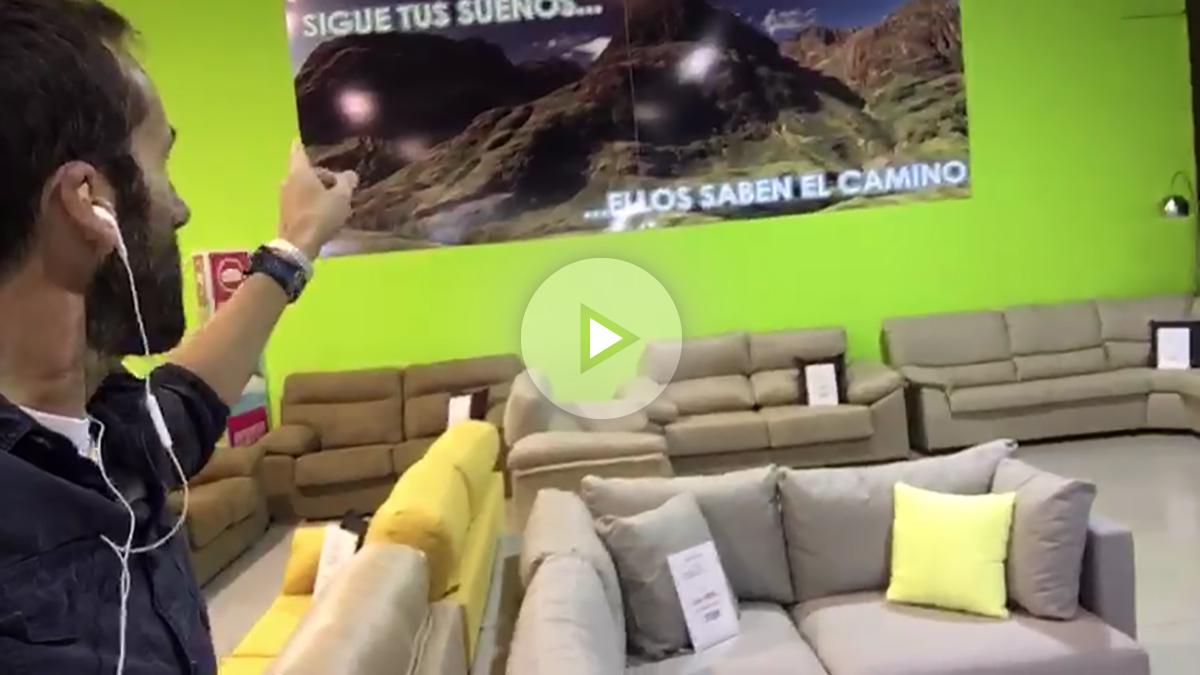 Álvaro Ojeda en una tienda de muebles para ver los sofás donde los culés verán la Champions