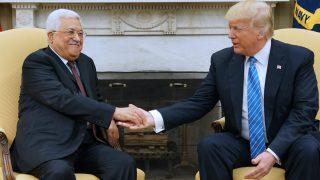 El presidente palestino, Mahmoud Abbas, estrecha la mano de Donald Trump en el despacho oval. (AFP)