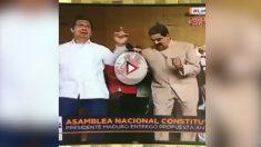 El dictador Nicolás Maduro y Adán, hermano de Hugo Chávez, bailan al son de las bombas lacrimógenas-PLAY