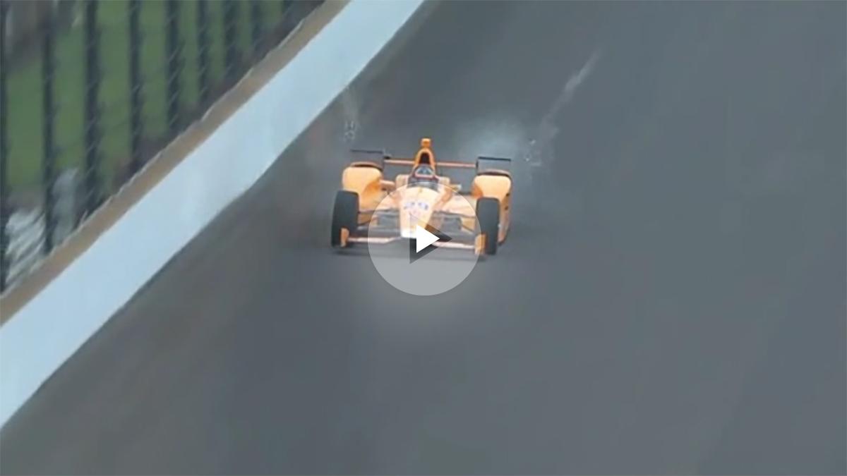 Momento en el que Fernando Alonso mata dos pájaros.