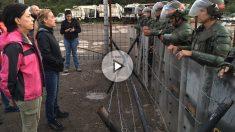 Antonieta Mendoza, madre de Leopoldo López, y Lilian Tintori, a la puerta de la prisión de Ramo Verde, donde nadie les informa de dónde está el preso político del régimen de Nicolás Maduro.