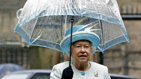 La Reina Isabel II con su paraguas Fulton, también cuenta con su Royal Warrant. Foto: Getty