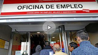 Desempleados hacen cola en una oficina de empleo (Foto: EFE)