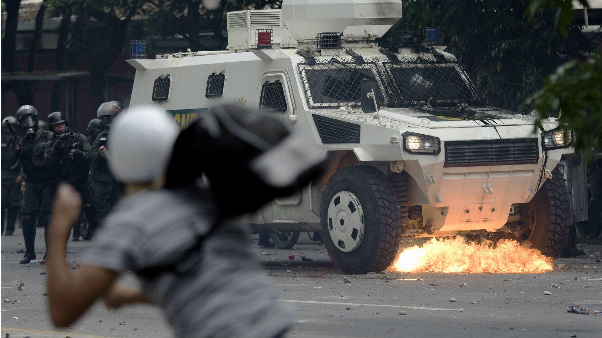 Un manifestante responde a las cargas de las fuerzas de Maduro durante una manifestación en Caracas. (AFP)