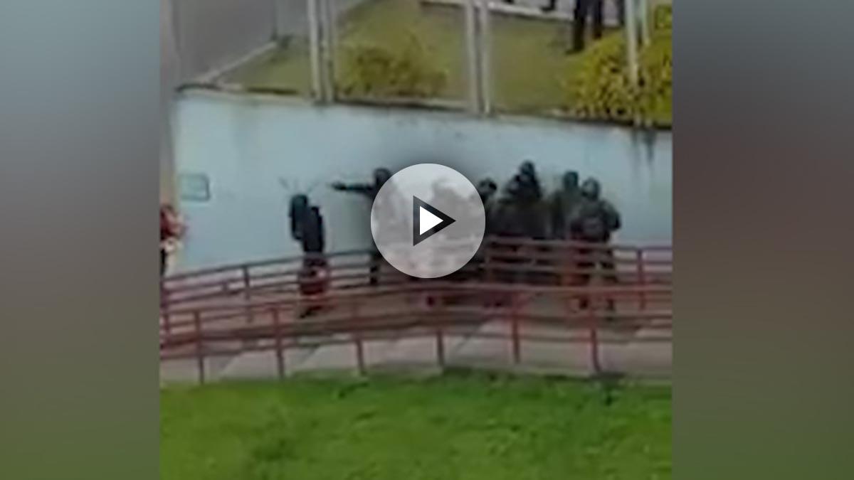 10 agentes de Maduro apalean a un joven que se manifestaba pacíficamente en La Rosaleda