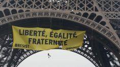 Cuatro activistas cuelgan un cartel antiLePen en la Torre Eiffel. (Foto: OKD)