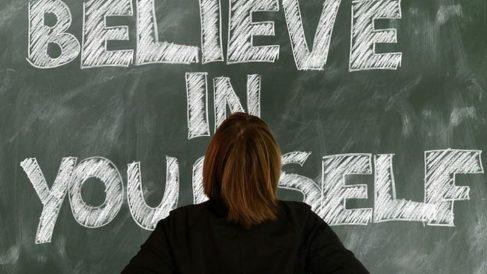 Una de las acciones para levantar de forma fácil la autoestima es establece una serie de metas.