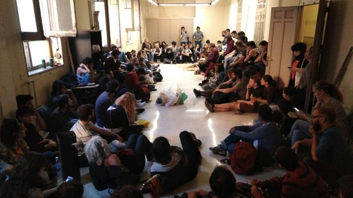 Asamblea constituyente en la nueva casa okupa en Madrid. (Foto: TW)