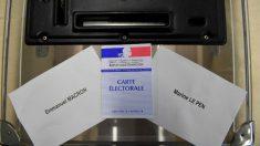 Papeletas para votar a Emmanuel Macron y a Marine Le Pen en un colegio electoral de Francia. Foto: AFP