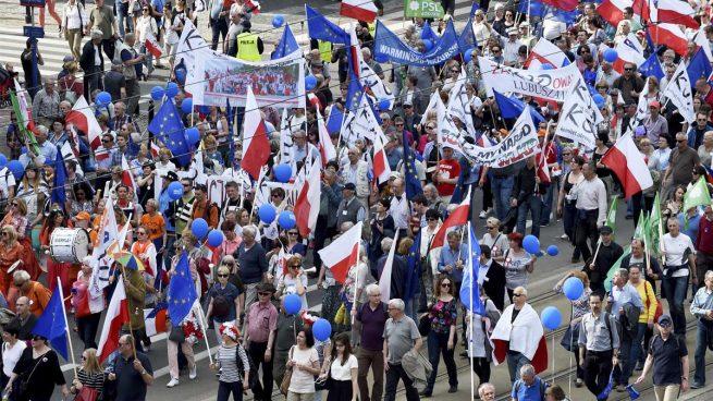 Miles de ciudadanos polacos se manifiestan contra el gobierno euroescéptico del partido de Kaczynski