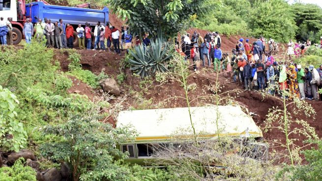 Mueren 35 personas, casi todos escolares, al caer su autobús por un terraplén en Tanzania
