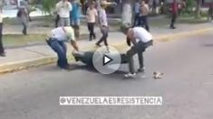 Dos manifestantes destruyen una estatua del ex líder venezolano Hugo Chávez en Venezuela. Foto: twitter