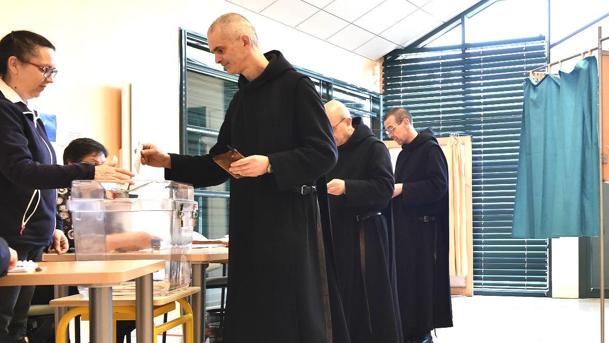 Monjes votando este domingo en Francia (Foto: AFP).