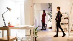 Posibles compradores visitando una casa con obras de arte (Foto: Getty)