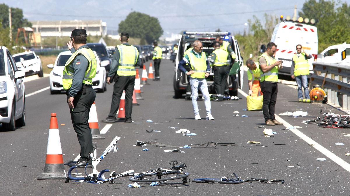 Guardia Civil y miembros de Emergencias en el lugar donde se produjo recientemente otro atropello (Foto: Efe).