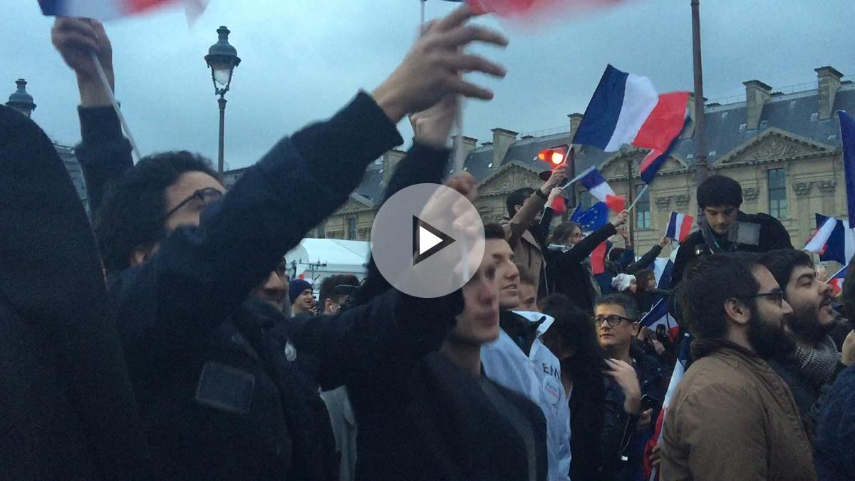 Los 'macronistas' se vienen arriba en el Louvre. (Foto: OKD)